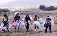 Komunitas Gimbal Alas dan sampah yang mereka kumpulkan sepanjang perjalan menuju Puncak Gunung Rinjani. Foto : Komunitas Gimbal Alas