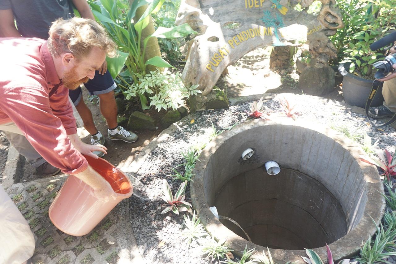 Uji coba sumur imbuhan ini didukung – Sumur imbuhan di Sukawati, Gianyar, Bali ini didukung pembuatannya oleh Fiveelements. Cara ini lebih efektif dibanding biopori. Foto Luh De Suriyani